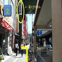 左側に富士そばさんがありますので、その隣の路地を左に入りますとホテルがあります