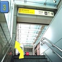 地上に出ましたら右手にJR秋葉原駅を見ながら左斜め前方に進みます