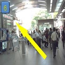 正面に日比谷線の入口、右手にJR秋葉原駅昭和通り口改札を見ながら左に進みます