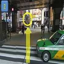 昭和通りの横断歩道を渡り、富士そばさんと幸楽苑さんの間の路地を進むと当ホテルがございます