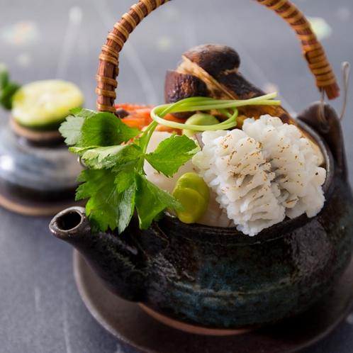 【2016秋のお料理(9月一例)】松茸・鱧・鯛が入った豪華な土瓶蒸しは旨味たっぷりの出汁が美味!