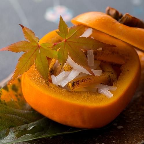 【2016秋のお料理(9月一例)】柿なます。柿の甘みで酸味がまろやかに。柿の器がとっても可愛いです。