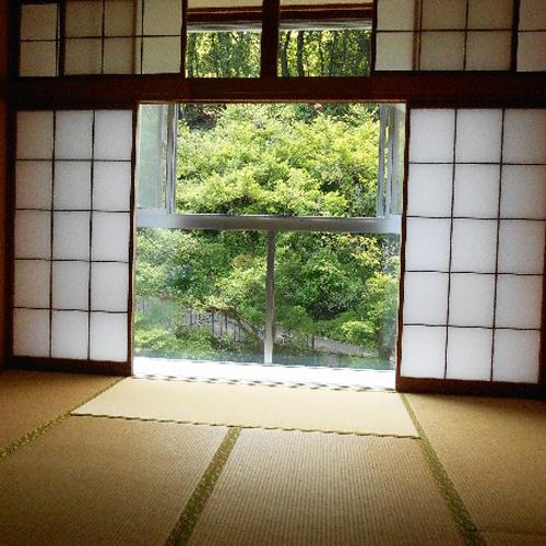 *【お部屋一例】窓を開けると、一面に緑が広がっています。