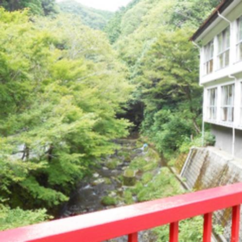 *【外観】宿の目の前には倉真川が流れています。