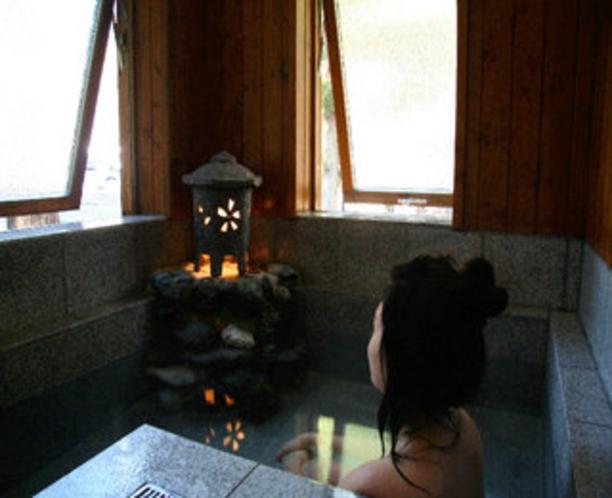 家族みんなで入れる大きな石風呂 灯篭を灯して大きな窓を全開にすれば森の中の露天風呂気分