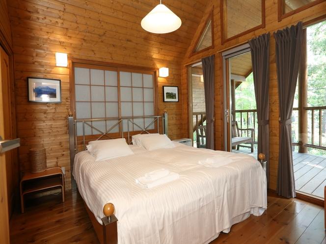 木漏れ日の降り注ぐ屋根付きテラスにつづく静かで落ち着いたベッドルーム