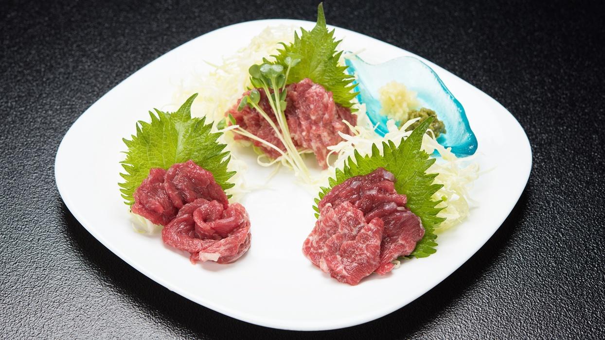 *【夕食一例】熊本名物「馬刺し」。ヘルシーなだけでなく鉄分なども豊富に含む栄養満点の食材です♪