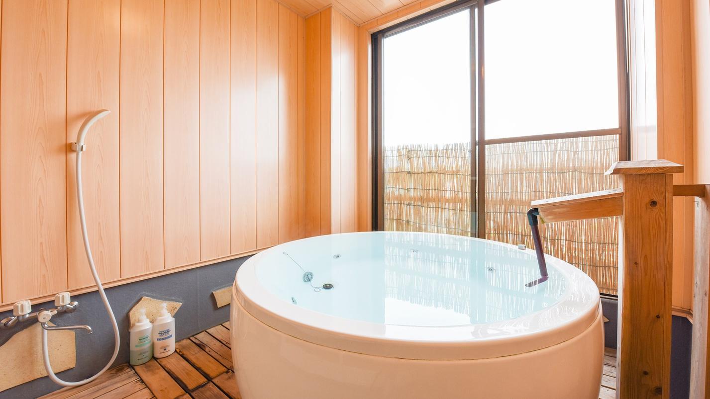 *【客室の半露天風呂(一例)】お部屋ごとに違う浴槽。どのお部屋になるかお楽しみに!