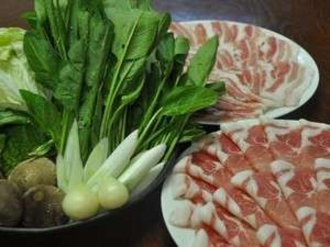 黒豚しゃぶしゃぶプラン。 肩ロース&バラ肉が各々100g 新鮮野菜付(写真は2人分・野菜は一例)