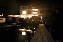 夜のディアカーズリゾートの外観です