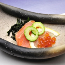 *【夕食例】見た目も鮮やかなお食事が並びます。