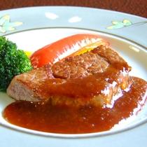 *お料理一例 肉料理 伊豆牛 彩りを添える野菜にもこだわっております