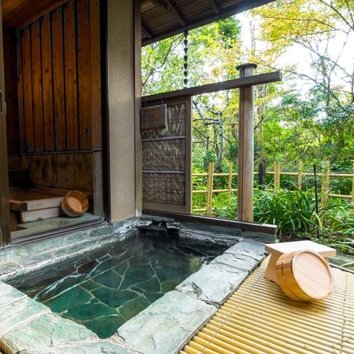 *【らんの間・露天風呂】手入れの行き届いたお庭の四季を眺めながらかけ流しの温泉をお楽しみください。