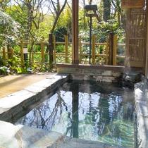 *お部屋併設の露天風呂はお庭を眺めながら湯ったりとお好きな時間にお楽しみいただけます。