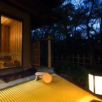 *【らんの間・露天風呂】夜はかけ流しのお湯が流れる音に耳を傾けてゆるりと流れる時間をお楽しみください