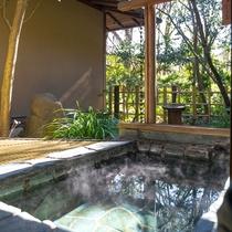 *【ききょうの間・露天風呂】贅沢に流れる源泉かけ流し露天で日々の疲れを癒してください。