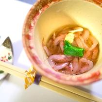 *お料理  静岡の名産 桜海老をの鮮やかな色の小鉢でお召し上がりください