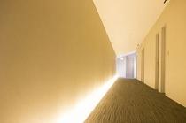 客室通路は、間接照明が緩やかに足元を照らします。