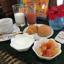 朝食はパン、自家製ヨーグルトなどご自由におとり頂けます
