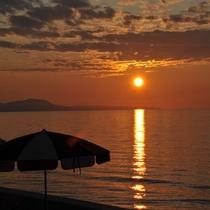 *日本海に沈む夕日を眺めながらゆっくりとお過ごし下さい。