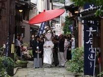 【青石畳通りを通る婚礼の様子】