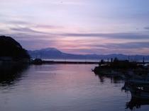 【漁港からの夕暮れ】