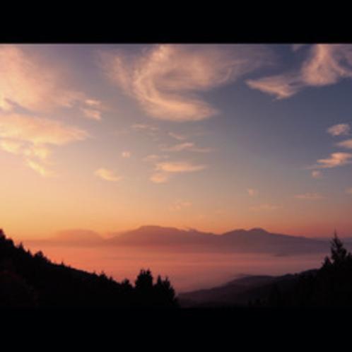 阿蘇の「あかね雲」夕焼けや朝焼けでクッキリと茜色にそまります!