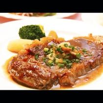 【ご夕食】ボリュームたっぷり!牛ステーキ!