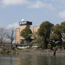 駅館川のリバーサイドにあるシティホテルです