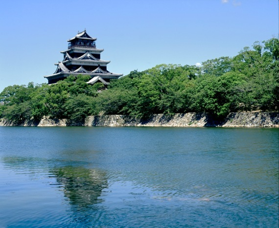 【広島城】一説によるとお堀にたくさんの鯉がいたことから別名「鯉城」と言います。