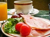 朝食 ベーコンとトマト