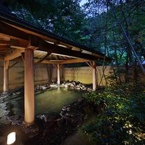 【男性用大浴場】石造り露天風呂(夜景)