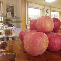 *【ロビー】時期によっては青森名産のリンゴも置いてありますよ。