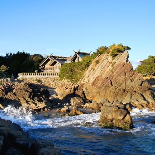 日向岬から続く柱上節理の奇岩を背に立つ大御神社 (2)