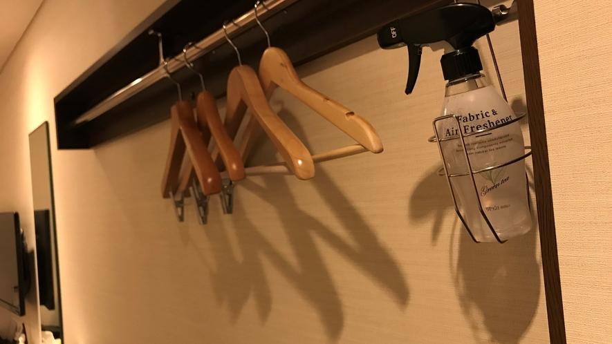 【お部屋】消臭剤を設置しております。衣類のお手入れにご活用ください。