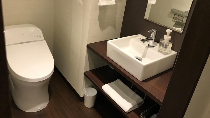 【洗面所】スキンケアアイテムなどをたくさん置けるスペースがあります♪