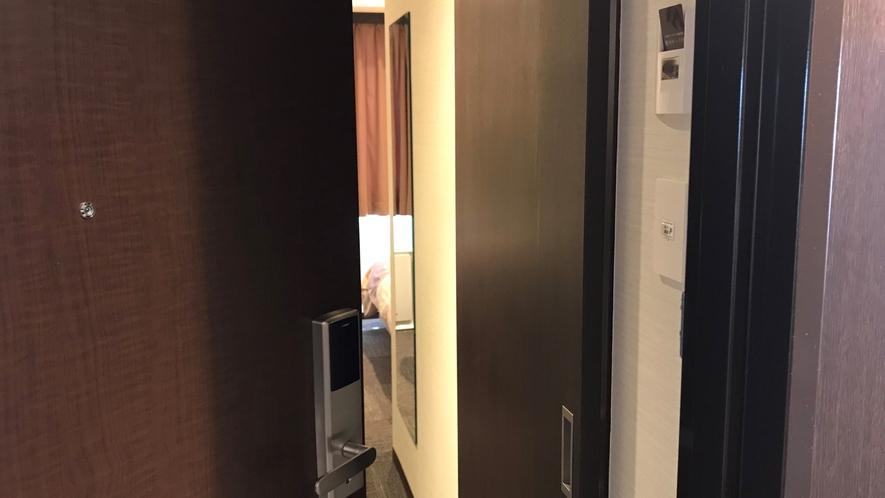 【ルームキー】ドアを開けた後、ホルダーに挿入すると、お部屋の電源が入ります。