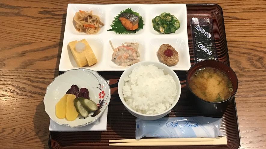 【朝食/和食】和食か洋食をお選びいただける定食スタイルです。