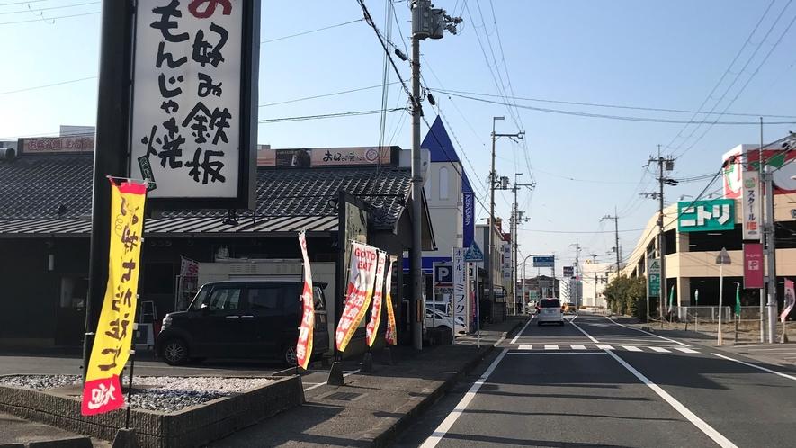 *【駐車場入口】県道549号線沿いのお好み焼き屋「ここやねん」水口店の裏が当ホテル駐車場入口です。