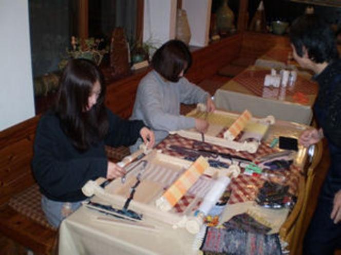 機織り体験の様子