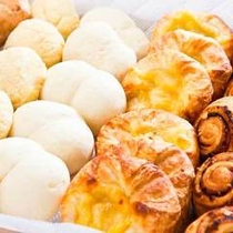 パン好きにはたまらないッ!!焼き立てパンをご用意しております。