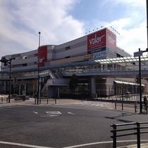 【バロー刈谷店】ホテルから徒歩1分。朝10時から夜9時まで営業。スーパーや薬局もあります。