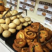 パン食の方も楽しめるよう色々ご用意しております。パンコーナー上段にはオーブンも設置。