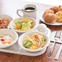 【朝食】毎日朝6時30分から9時30分までバイキング形式での朝食をご用意しております。