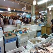 【一色さかな広場】ホテルから車で約50分。鮮魚等、ウナギ・寿司・レストランと朝市の総合市場です。