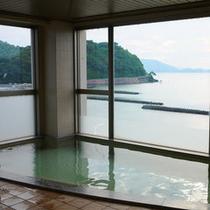 目の前の海が一望できる展望浴場。温泉ではございませんが、ゆっくり疲れを癒して下さい。