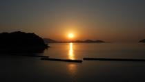 *当館目の間の人魚浜に沈む夕日。とってもキレイで心身共に浄化されますよ。