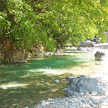 *徒歩1分「清流四万川」夕涼みや川遊びなども楽しめます。