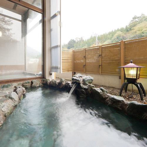 *露天風呂正面の水晶山を臨みながらの入浴、夜はお月見も出来ます。