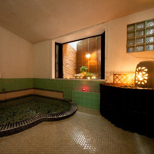*貸切家族風呂アロマのローソクにかこまれ、BGMにはヒーリング音楽が流れます。